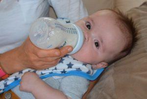 Baby bekommt Flasche