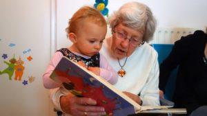 Oma liest Kleinkind vor