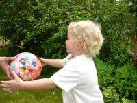 KKleinkind mit Ball